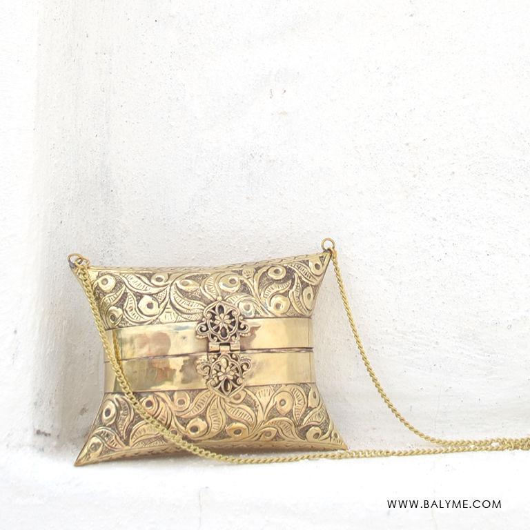 4faed727f74 Chenay Brass Gold Clutch Bolso de Laton Dorado - BALYME